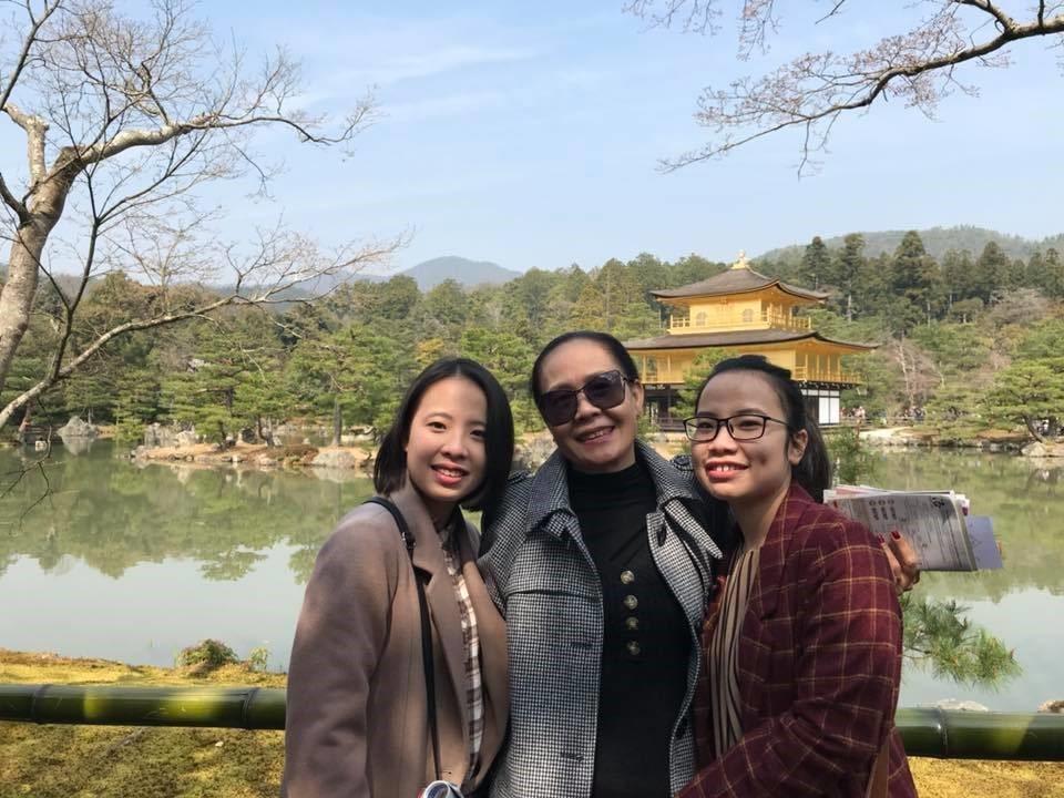 Lê Thanh Thu Vân và Lê Thanh Thu Vy là 2 sinh viên đặc biệt của MAP đến từ thành phố HCM đã học tiếng tại MCA. Hai bạn là chị em sinh đôi, luôn dẫn đầu và dành được học bổng chuyên cần của trường. Đây là hình ảnh hai em chụp cùng mẹ sang thăm.