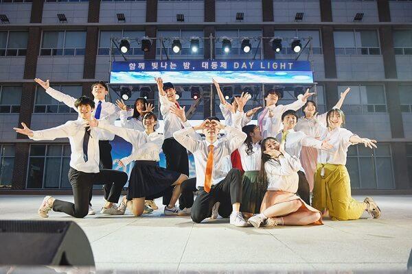 Buổi biểu diễn văn nghệ của sinh viên trường