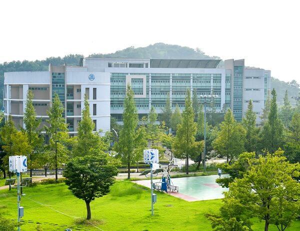 Khuôn viên Changwon National University xanh mát vào mùa hạ
