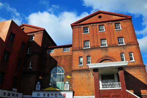 Đại học Thần học Seoul nằm ở vị trí thuận lợi tại thủ đô Seoul