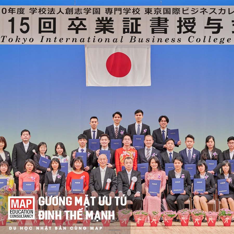 Mạnh nhận được tấm bằng cao quý của trường cao đẳng Tokyo International Business College
