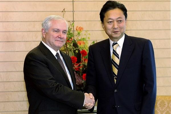 Yukio Hatoyama (Phải), tốt nghiệp tại đại học Tokyo, là thủ tướng Nhật Bản nhiệm kỳ 2009 -2010