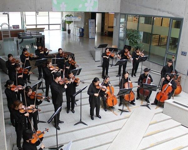 Dàn nhạc biểu diễn trong thư viện trường Anyang Hàn Quốc