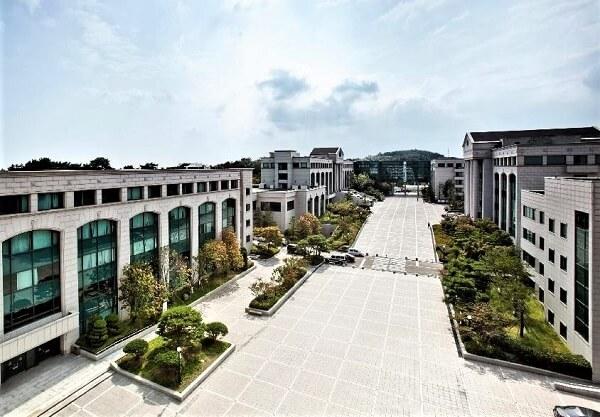 Khuôn viên rộng lớn của trường Ulsan