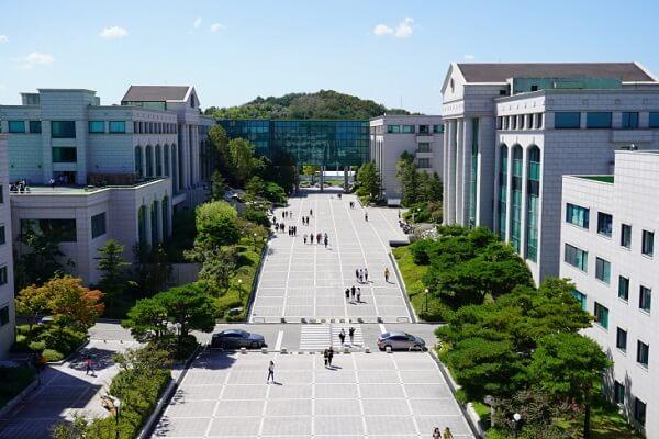 Khuôn viên Ulsan College xanh mát vào mùa hạ