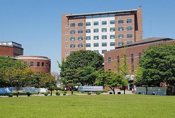 Khuôn viên Pyeongtaek University xanh mát vào mùa hạ