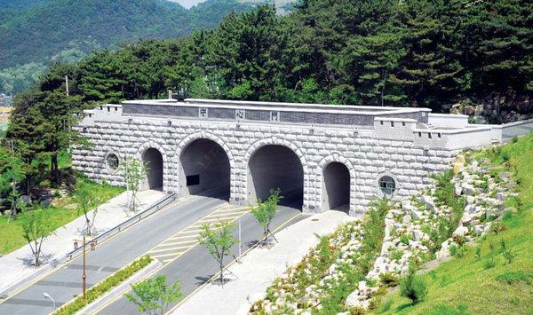 Cổng trường ĐH Kaya