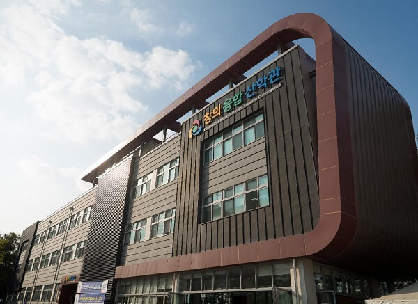 Toà học xá chính của trường Anyang