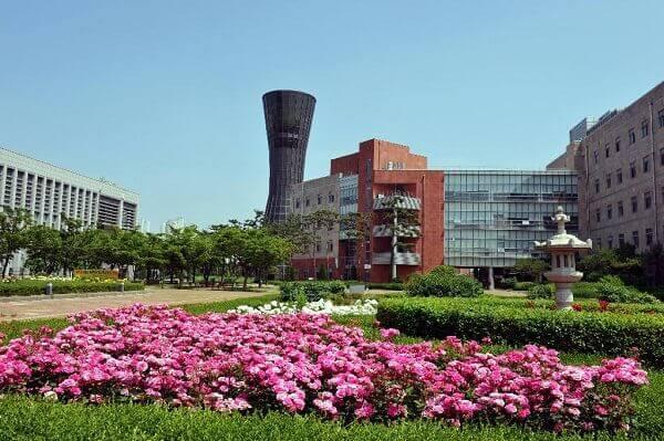 Khuôn viên đầy hoa và rợp bóng cây của trường