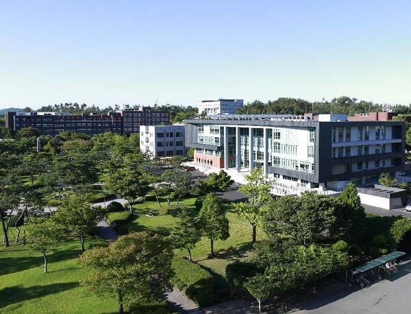 Khuôn viên Kunsan National University xanh mát vào mùa hạ
