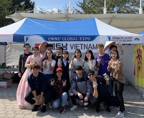 Sinh viên Việt Nam vào Ngày hội giao lưu văn hoá quốc tế