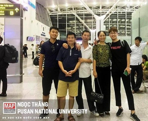 Ngọc Thăng và gia đình trong ngày bay sang ĐHQG Busan