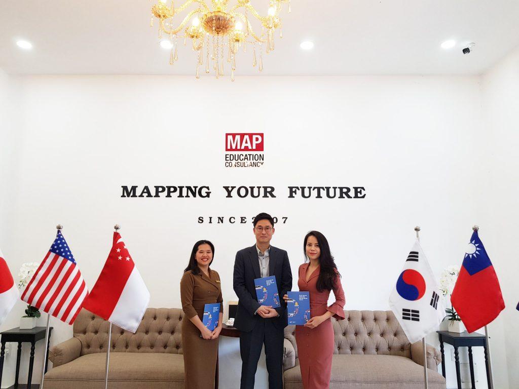 Thầy MinJang Koo - Đại diện tuyển sinh trường ĐH ChungAng đến thăm MAP TPHCM.