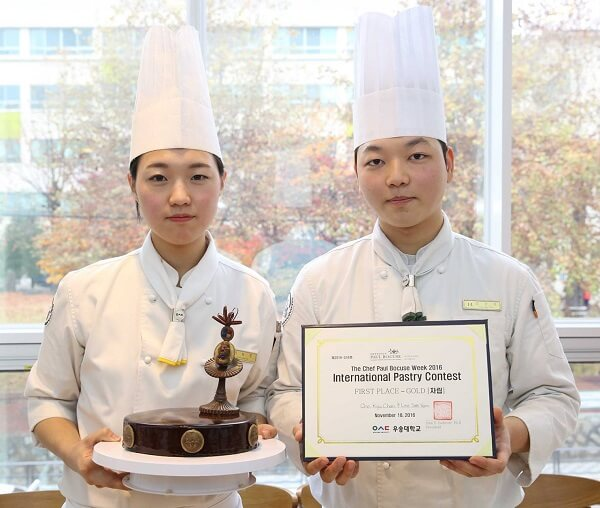 Sinh viên đạt giải nhất trong hội thi làm bánh tại Sol International School