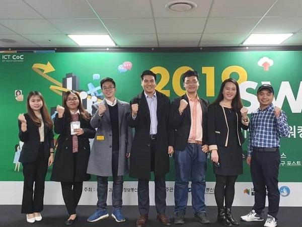 Hương (ngoài cùng bên trái): Du học sinh MAP TOPIK 6 với công việc phiên dịch tại Hàn Quốc.