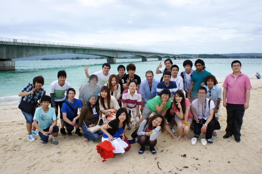 Các sinh viên đến biển Okinawa