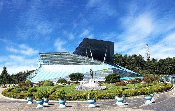 Đài tưởng niệm - Công trình kiến trúc biểu tượng của PCU