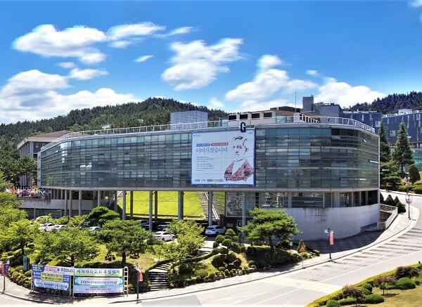 Tòa nhà Nghệ thuật hiện đại của trường