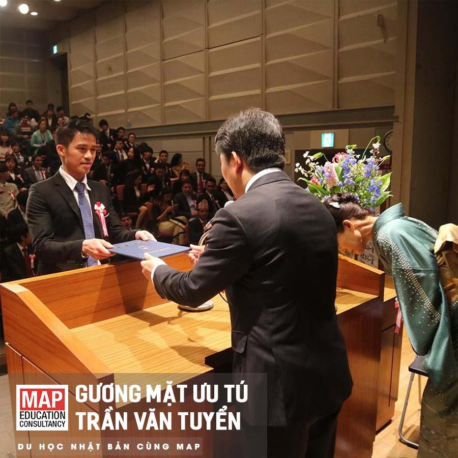 Trần Văn Tuyển là cựu sinh viên MAP nhận bằng tốt nghiệp
