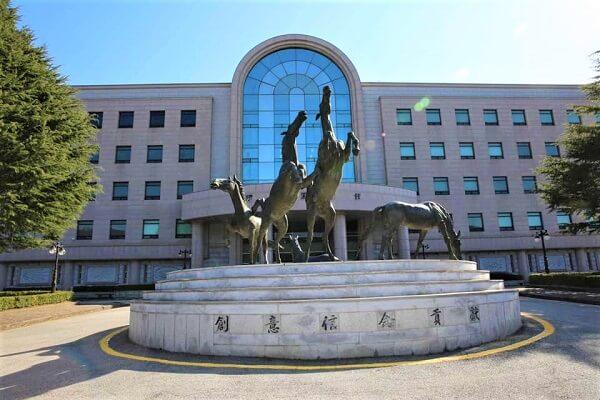 Tòa học xá chính của HSU