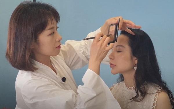 Sinh viên MAP được hướng dẫn cách makeup kiểu Hàn Quốc từ chuyên gia