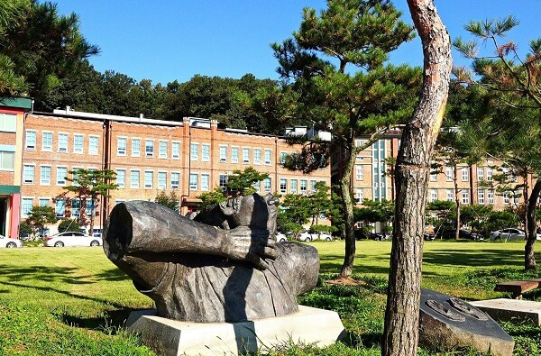 Một góc khác trong khuôn viên của trường