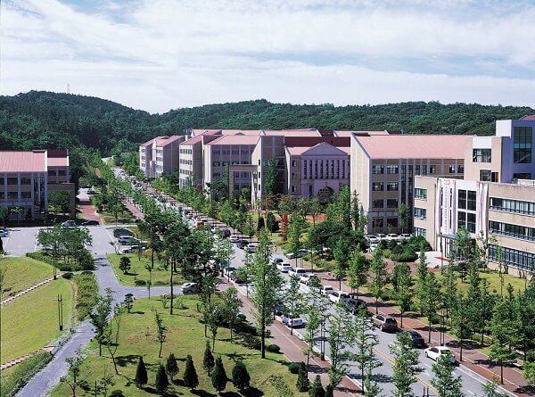 Khuôn viên Mokwon rộng rãi phủ nhiều cây xanh