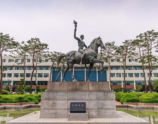 Đài lưu niệm tại trường Đại học Ajou Hàn Quốc