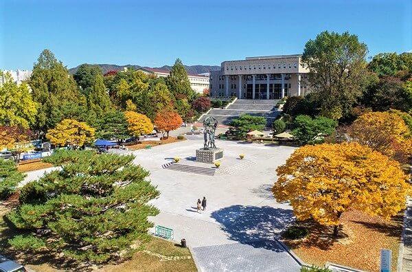 Khuôn viên trường Kangwon vào mùa thu