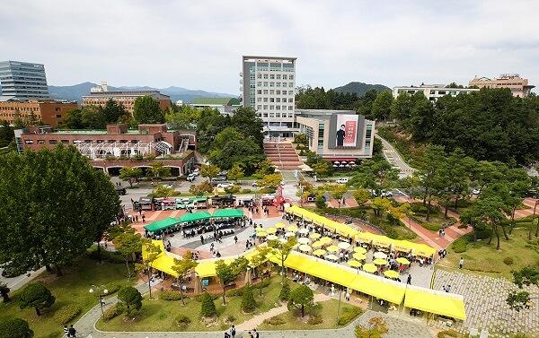 Một lễ hội trong khuôn viên KNU