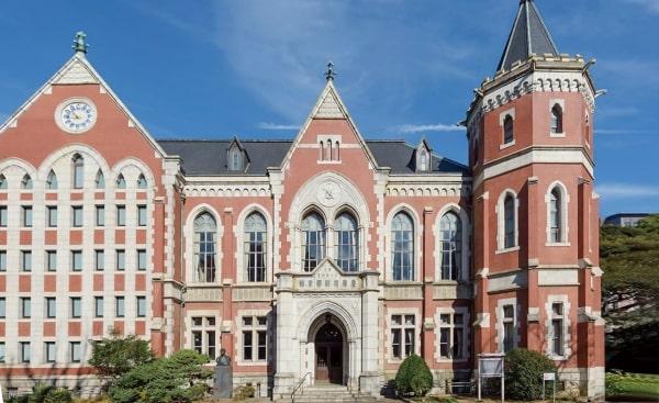 Đại học Keio, thành lập từ năm 1858, được đánh giá là một ngôi trường toàn diện cả về cơ sở vật chất lẫn chất lượng giảng dạy