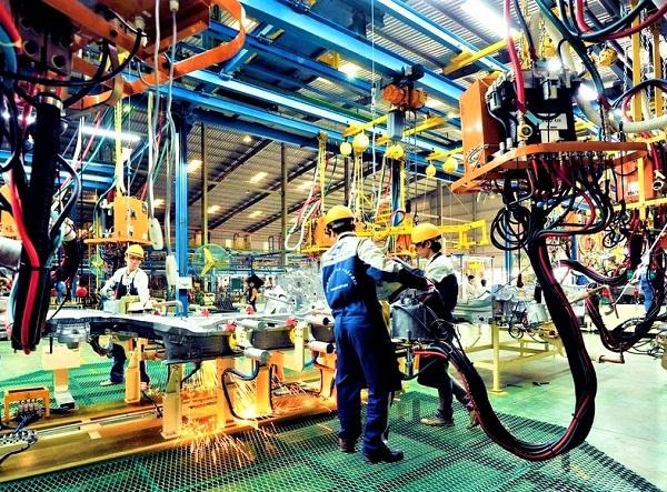 Các kỹ sư lắp ráp ô tô tại nhà máy Huyndai tại Thái Bình