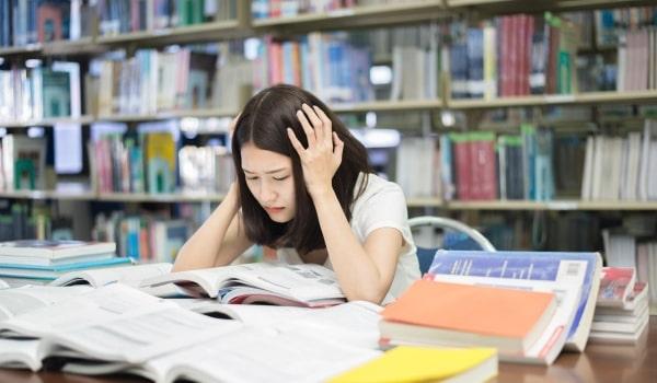 """Áp lực học tập và công việc sẽ ảnh hưởng đến quyết định """"Có nên đi du học Nhật Bản không?"""" của du học sinh"""