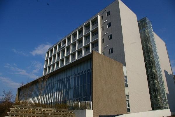 Cơ sở Chikushi bao gồm nhiều văn phòng khoa ngành của trường