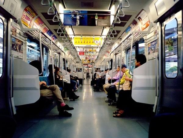 Không gây sự chú ý tại nơi công cộng cũng là một trong những điều cần biết khi du học Nhật Bản