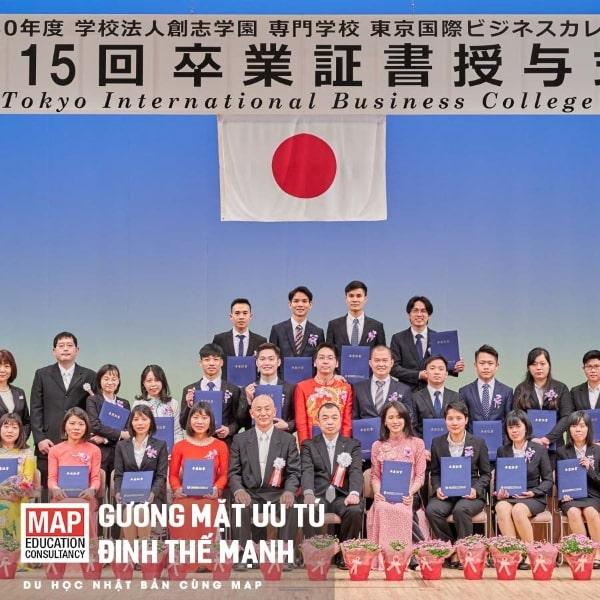 Mạnh nhận được tấm bằng cao quý của trường Cao đẳng Kinh doanh Quốc tế Tokyo