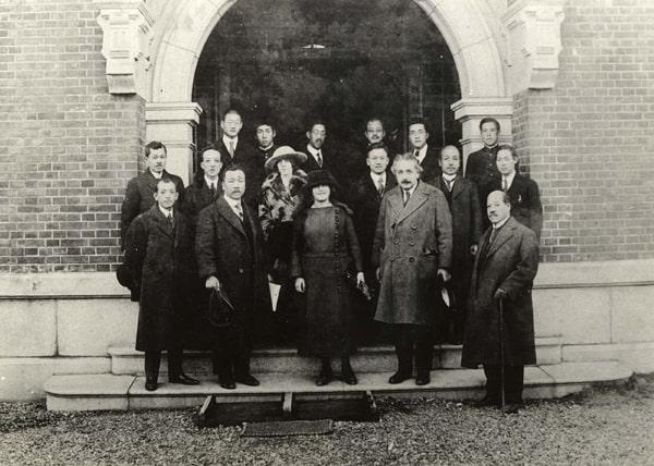 Năm 1922, Kyushu University có vinh dự được tiếp đón nhà vật lý học nổi tiếng Albert Einstein đến thăm