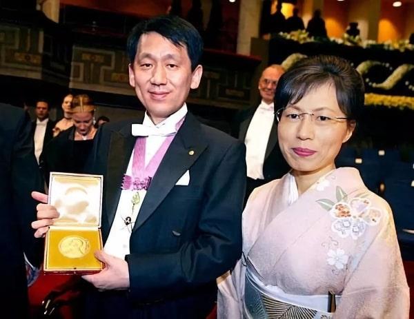 Nhà hóa học Nhật Bản Koichi Tanaka nhận giải Nobel Hóa học vào năm 2002