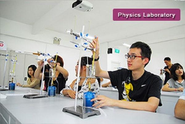 Sinh viên được thực hành trong phòng thí nghiệm với các trang thiết bị hiện đại