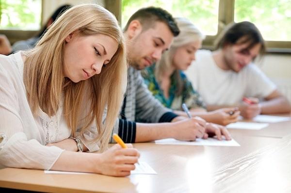 Sinh viên phải vượt qua kì thi đầu vào để được học tại trường đại học Nanyang Singapore