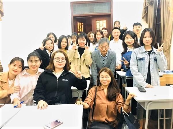 Đại diện Đại học Hansung chụp ảnh lưu niệm cùng học sinh Du học MAP