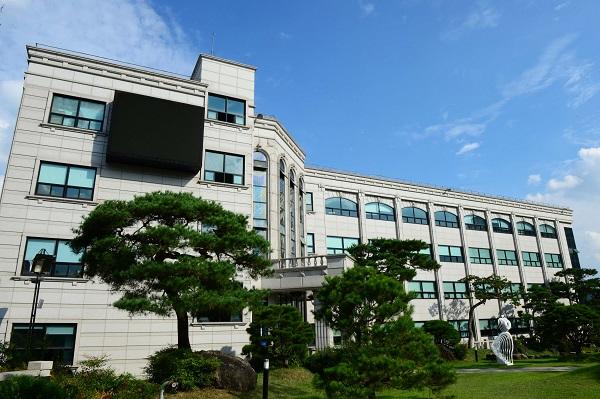 Một tòa học xá trong khuôn viên trường