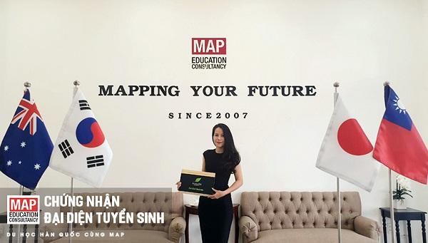 Chị đẹp vinh dự nhận chứng nhận đại diện tuyển sinh ưu tú tại Việt Nam do Seokyeong trao tặng