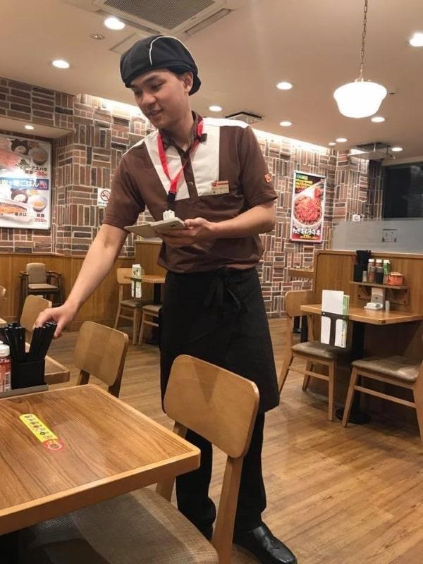 Phục vụ nhà hàng, quán ăn chính là một trong những công việc làm thêm cho du học sinh Nhật