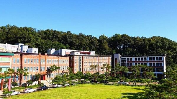 Khuôn viên xanh mát của trường Cao đẳng Jeonju Kijeon