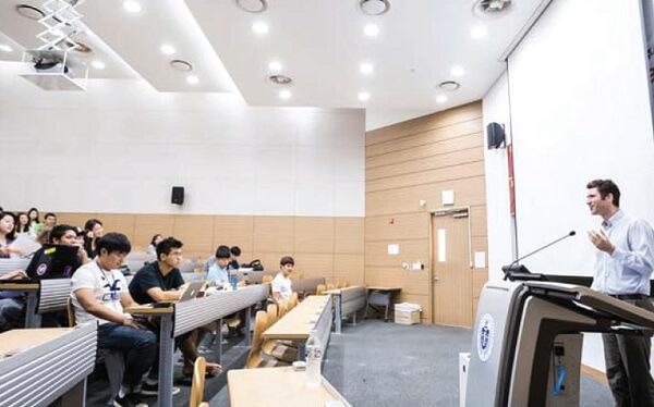 Buổi học cùng giảng viên nước ngoài tại Đại học Quốc gia Incheon