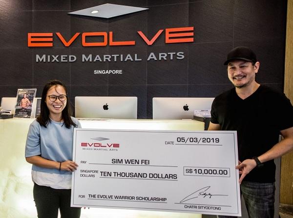 Học viện võ thuật tổng hợp Evolve trao học bổng cho sinh viên