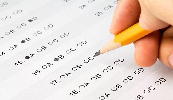 Sinh viên phải vượt qua kì thi viết