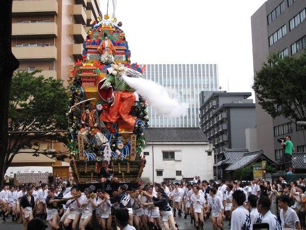 Du học tại Fukuoka, các bạn sẽ có cơ hội tham gia lễ hội Hakata Gion Yamakasa tại Fukuoka
