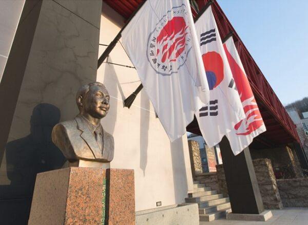 Tượng Yoo Chi-Jin - Người sáng lập trường Nghệ thuật Seoul